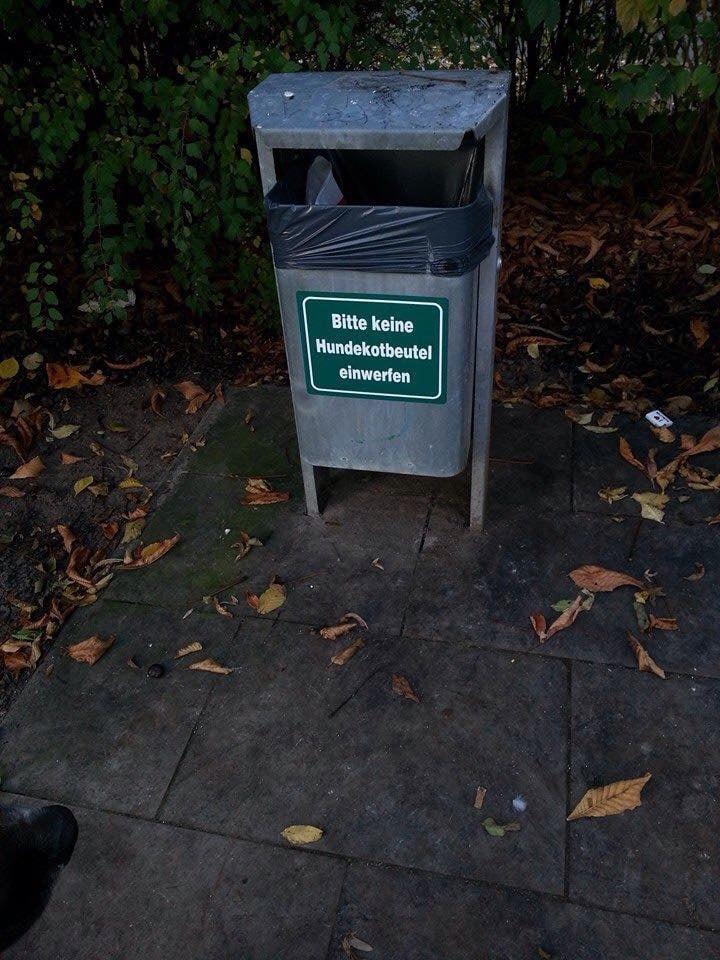 In Wolfsburg an Mülleimern ein neuer Aufkleber.