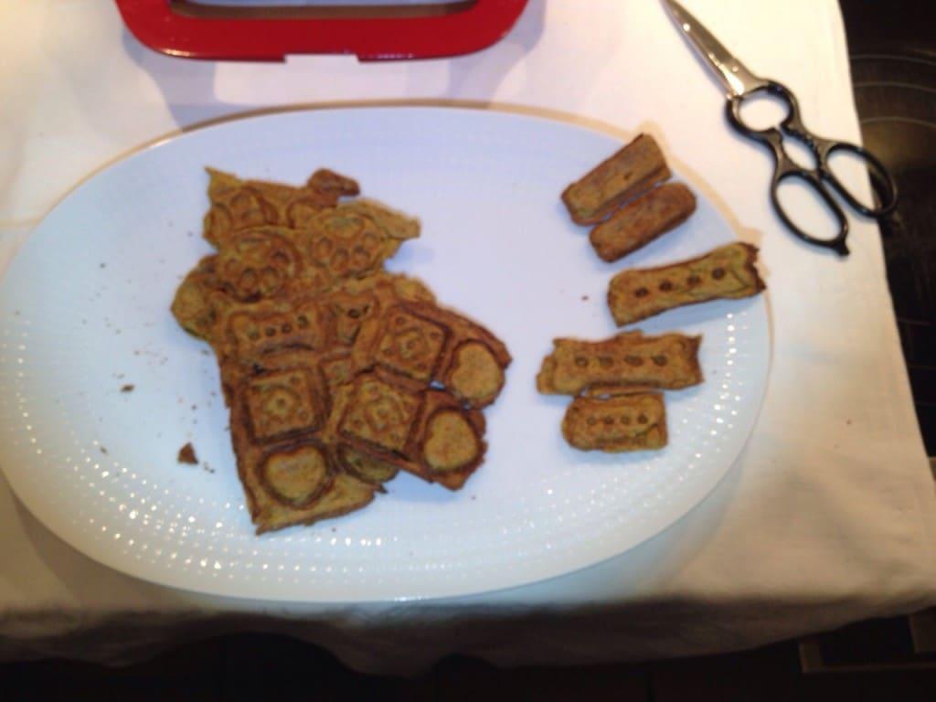 Mit Schere zum Trennen der Kekse